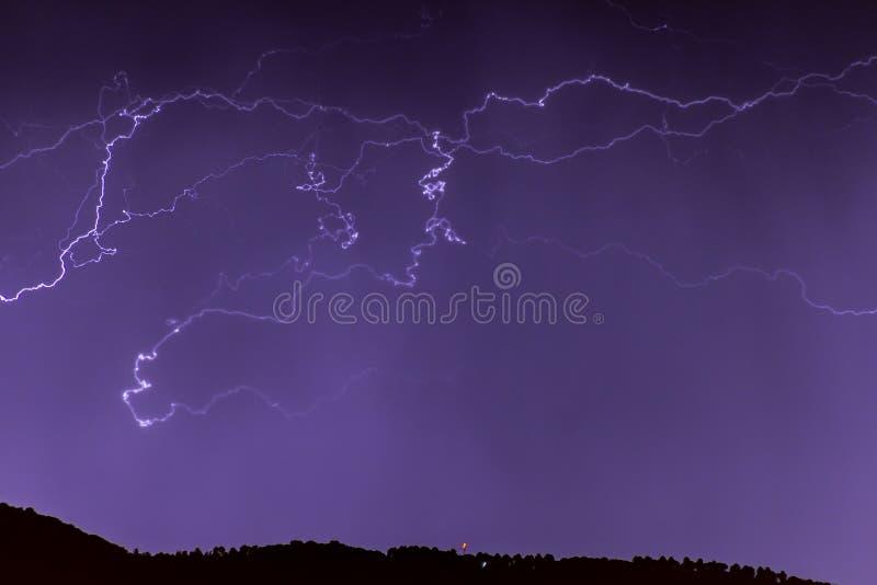 Rayons pendant la nuit images stock