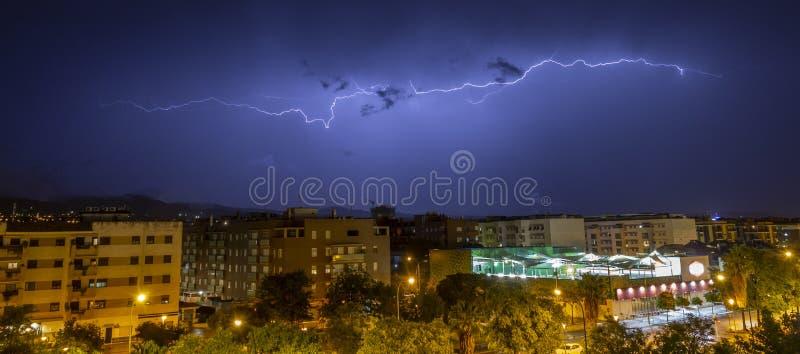 Rayons pendant la nuit photo libre de droits