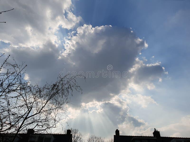 Rayos crepusculares de los rayos de dioses que vienen de una nube sobre la guarida aan IJssel de Nieuwerkerk, fotos de archivo libres de regalías