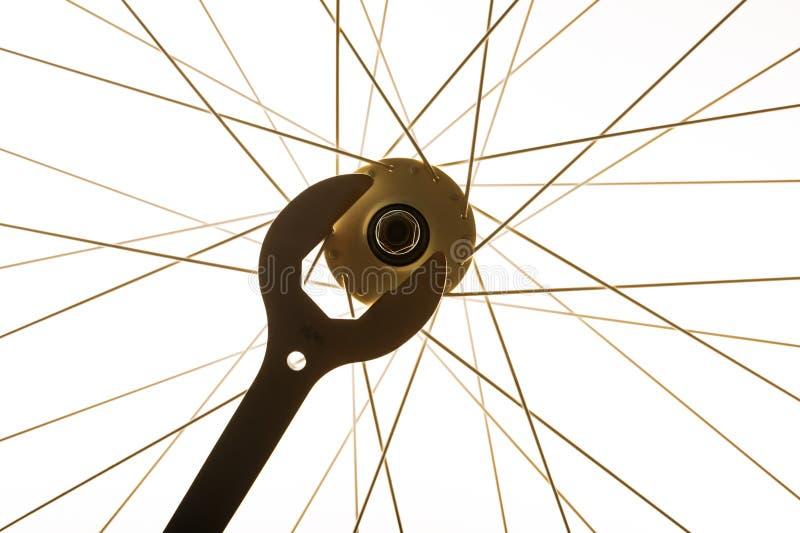 Rayos de la llave y de la bicicleta de la rueda de la bici imagenes de archivo