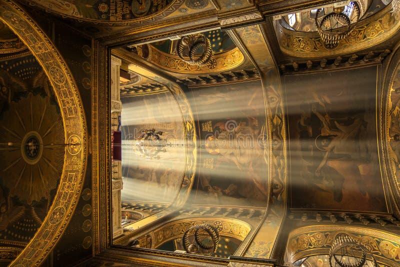 Rayos de la luz del sol debajo de la bóveda de la catedral Interior de la catedral del St Vladimir, Kiev, Ucrania fotografía de archivo libre de regalías