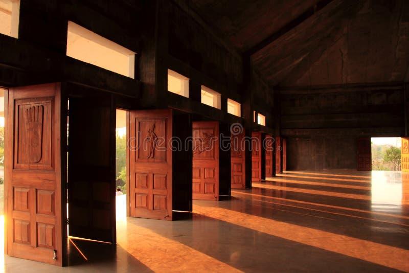 Rayos de la luz del sol dentro del sindhpuri de las espaldas encorvadas de Buda fotografía de archivo libre de regalías