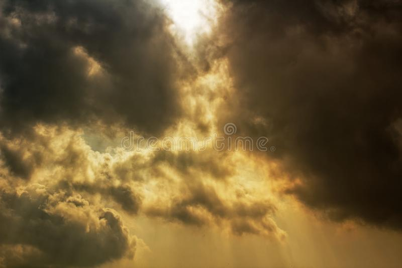 Rayos de la luz del sol que brillan a través de las nubes de tormenta oscuras fotografía de archivo libre de regalías