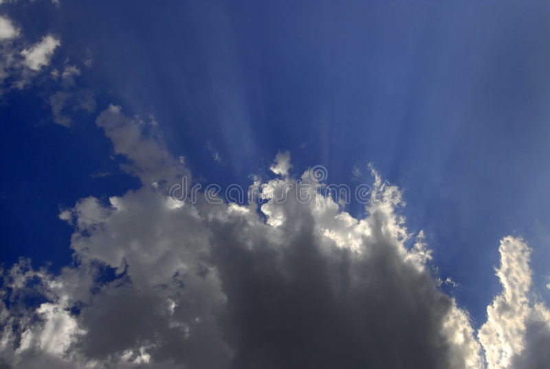 Rayos de la luz en cielo azul fotos de archivo libres de regalías