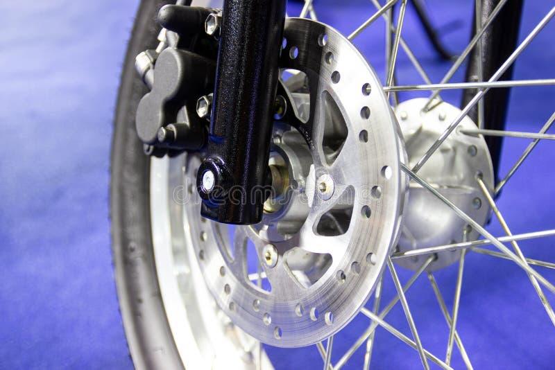 Rayos de la rueda y disco del freno de una motocicleta foto de archivo libre de regalías