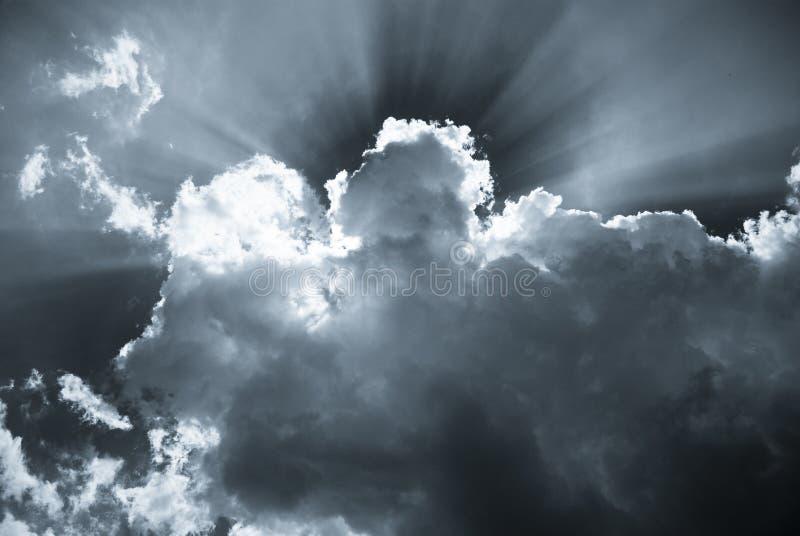 Rayos de sol detrás de las nubes en una primavera fotos de archivo