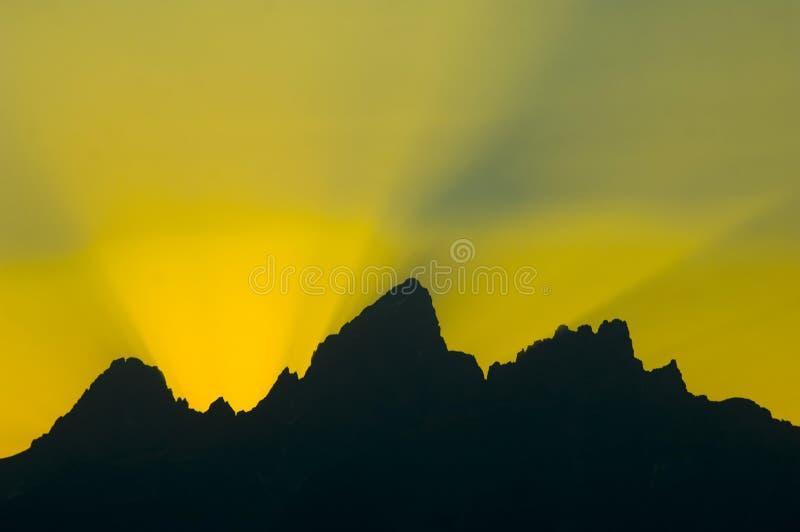 Rayos de sol repartidos sobre las montañas en la puesta del sol fotos de archivo libres de regalías