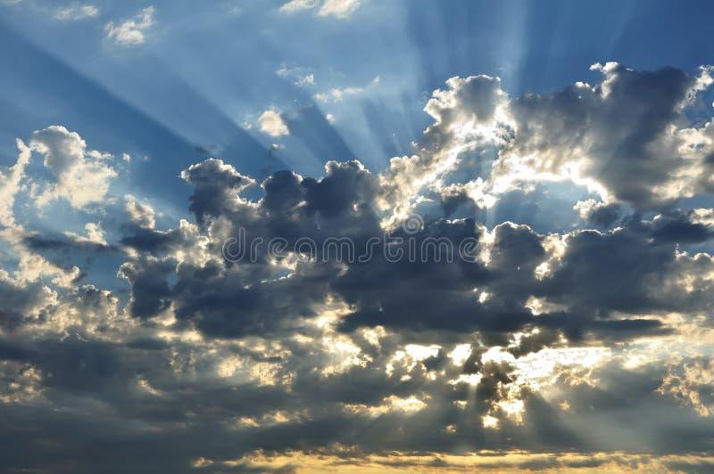 Rayos de sol a través de las nubes imagenes de archivo