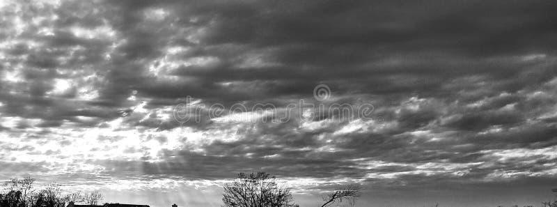 Rayos de sol y nubes en blanco y negro fotos de archivo