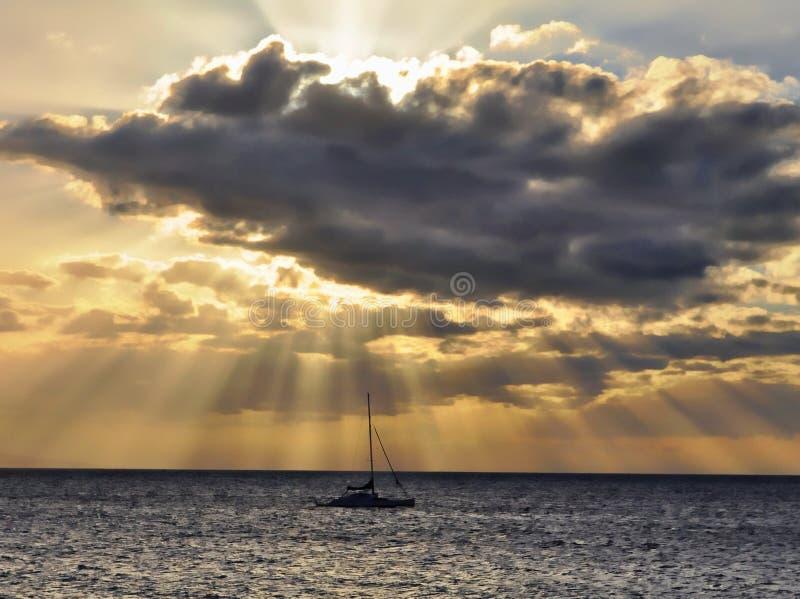 Rayos de Sun con el barco de vela imagen de archivo libre de regalías