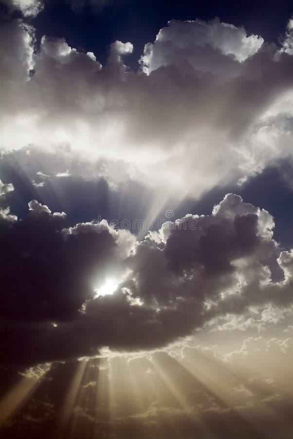Rayos de Sun detrás de las nubes foto de archivo libre de regalías