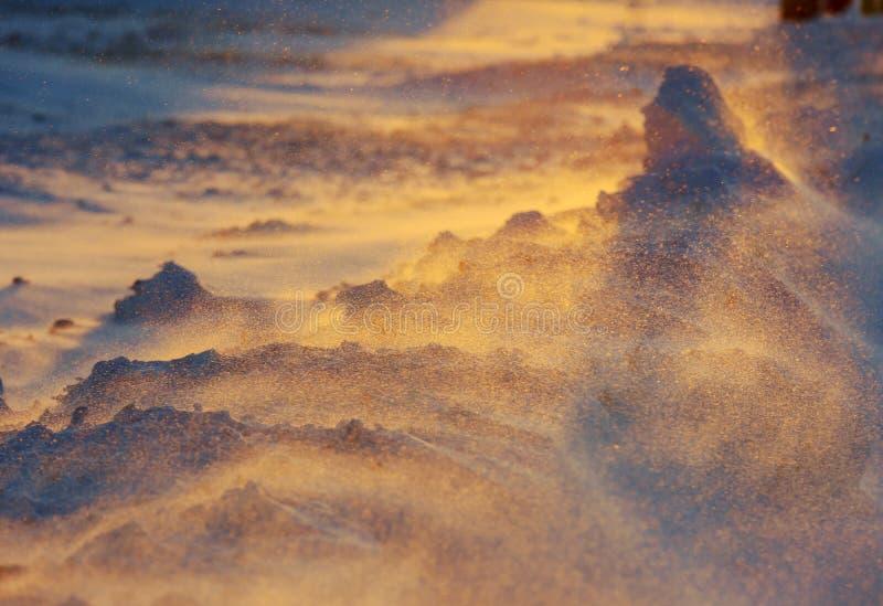 Rayos de Sun en las montañas nevosas Tiempo fr?o foto de archivo