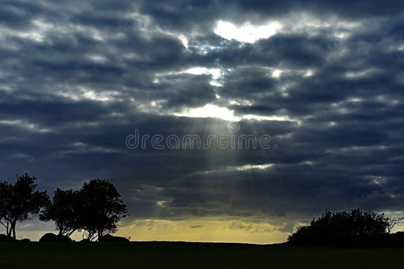 Rayos de Sun que brillan sobre el horizonte fotos de archivo libres de regalías