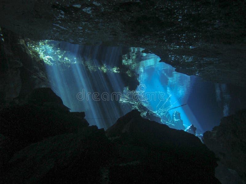 Rayos de Sun que inscriben el agua en una cueva subacu?tica foto de archivo libre de regalías