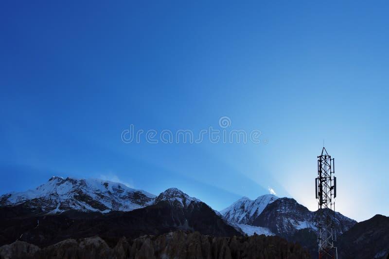 Rayos de Sun y transmisor celular en el cielo sobre el Himalaya imagen de archivo