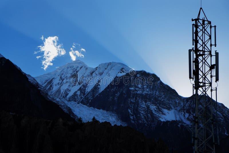 Rayos de Sun y transmisor celular en el cielo sobre el Himalaya imágenes de archivo libres de regalías