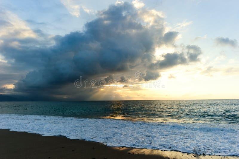 Rayos del océano de la puesta del sol foto de archivo