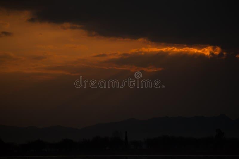 Rayos del sol en la puesta del sol imagen de archivo libre de regalías