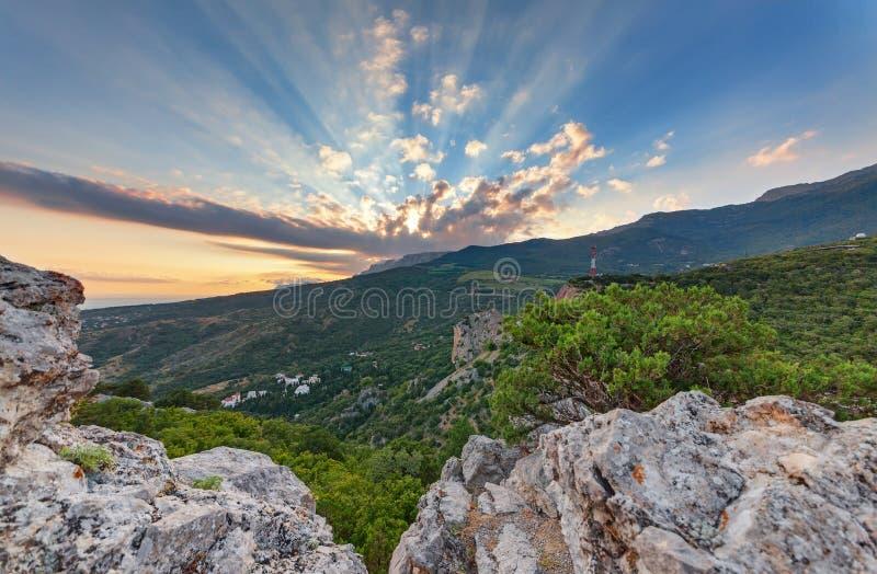 Rayos del sol que pasa a través de una nube sobre la montaña El paisaje montañoso del valle imagen de archivo libre de regalías