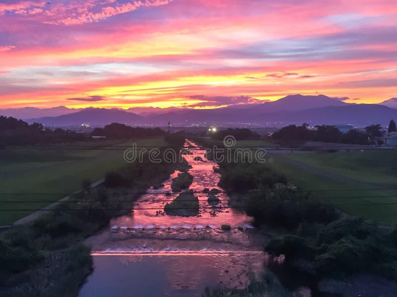 Rayos hermosos de la puesta del sol y del sol con colorido del fondo del cielo imagenes de archivo