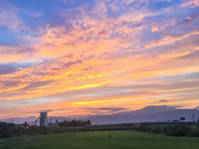 Rayos hermosos de la puesta del sol y del sol con colorido del fondo del cielo imagen de archivo libre de regalías