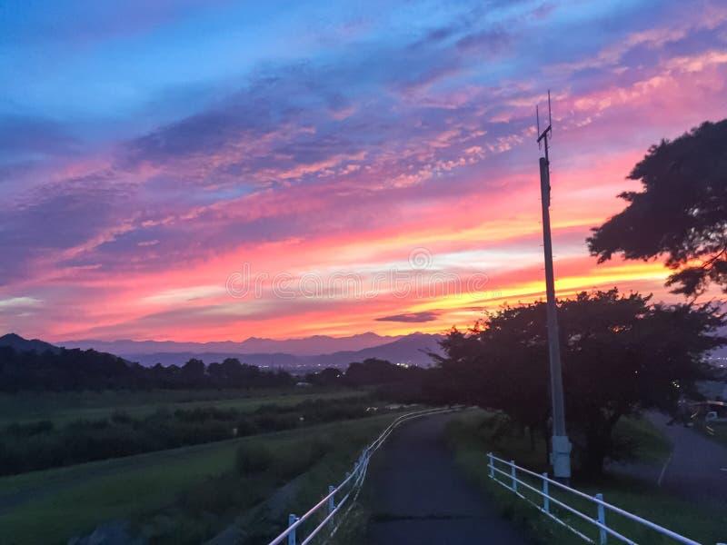 Rayos hermosos de la puesta del sol y del sol con colorido del fondo del cielo fotografía de archivo