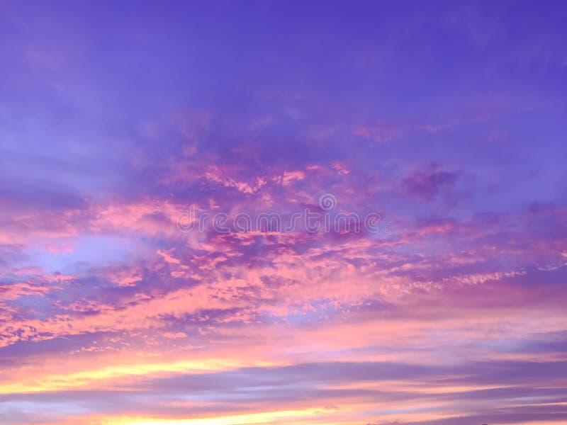 Rayos hermosos del sol de la puesta del sol con colorido del cielo foto de archivo libre de regalías