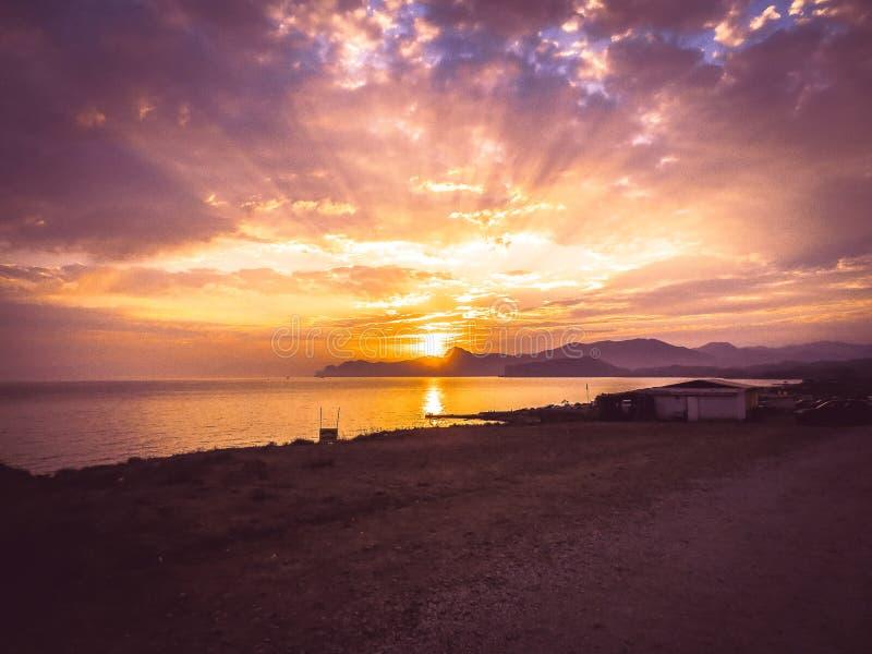 Rayos hermosos del sol de la puesta del sol con colorido del fondo del cielo imagen de archivo