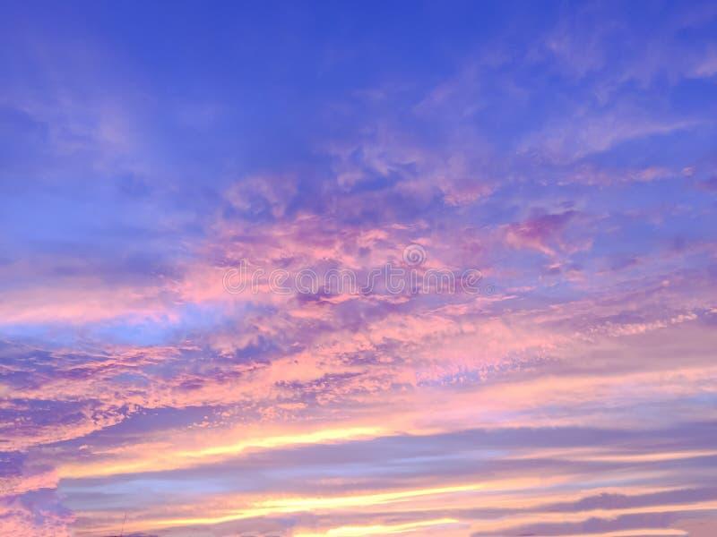 Rayos hermosos del sol de la puesta del sol y con colorido del backgr del cielo fotografía de archivo