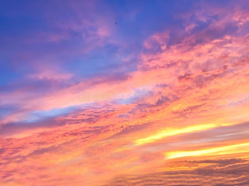Rayos hermosos del sol de la puesta del sol y con colorido del backgr del cielo foto de archivo libre de regalías