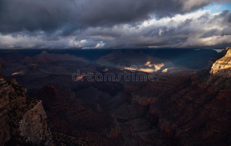 Rayos ligeros Pierce a través de las nubes en Grand Canyon fotografía de archivo