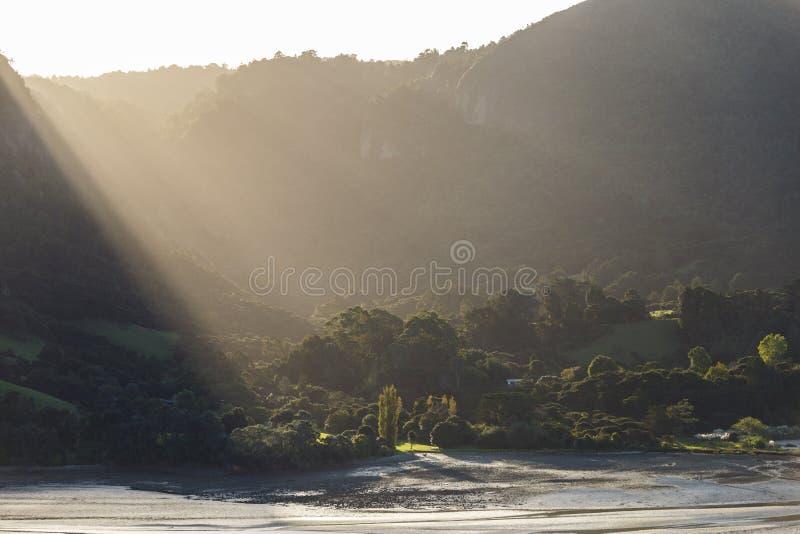 Rayos ligeros que bajan en la puesta del sol fotos de archivo libres de regalías