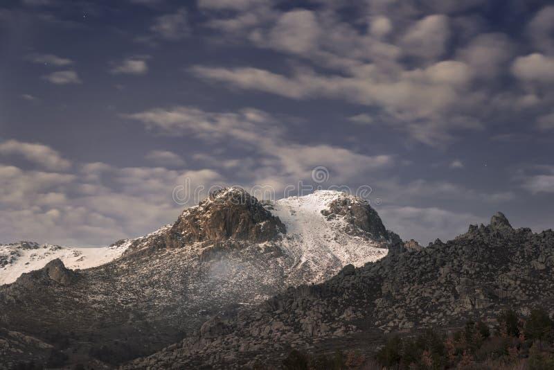 Rayos pasados del Sun en la montaña nevosa imagen de archivo