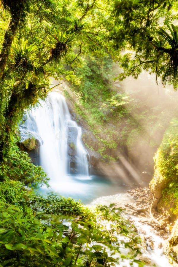 Rayos sobre la cascada fotografía de archivo libre de regalías