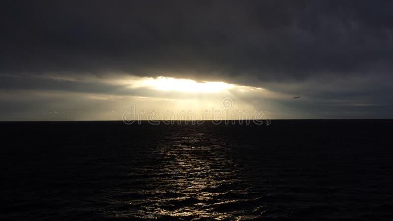 Rayos solares que se rompen a través imagen de archivo libre de regalías