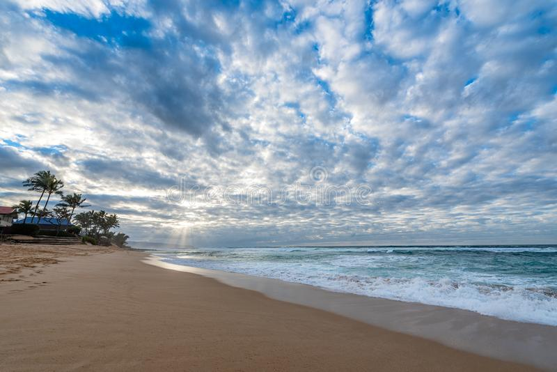Rays för solljus genom ett stort solnedgång över Sunset Beach, Hawaii arkivfoton