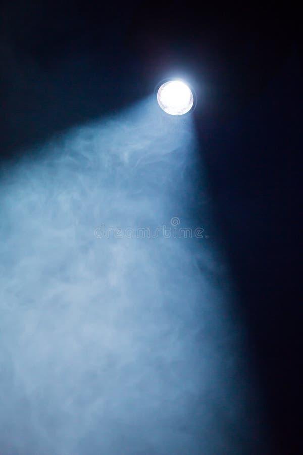 Rays i riflettori teatrali sulla fase durante la prestazione Proiettore del corridoio di illuminazione equipment Il progettista d immagini stock libere da diritti