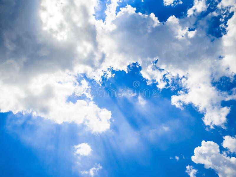 Rays il fondo blu-chiaro delle nuvole del cielo immagine stock libera da diritti