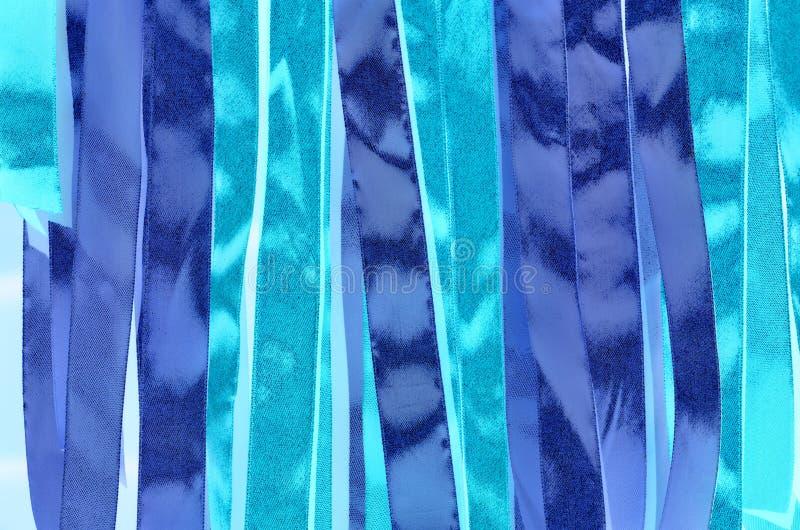 Rayures entrelacées cyan et bleues abrégez le fond image stock