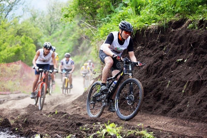 Raza a campo través de la bici de montaña fotos de archivo