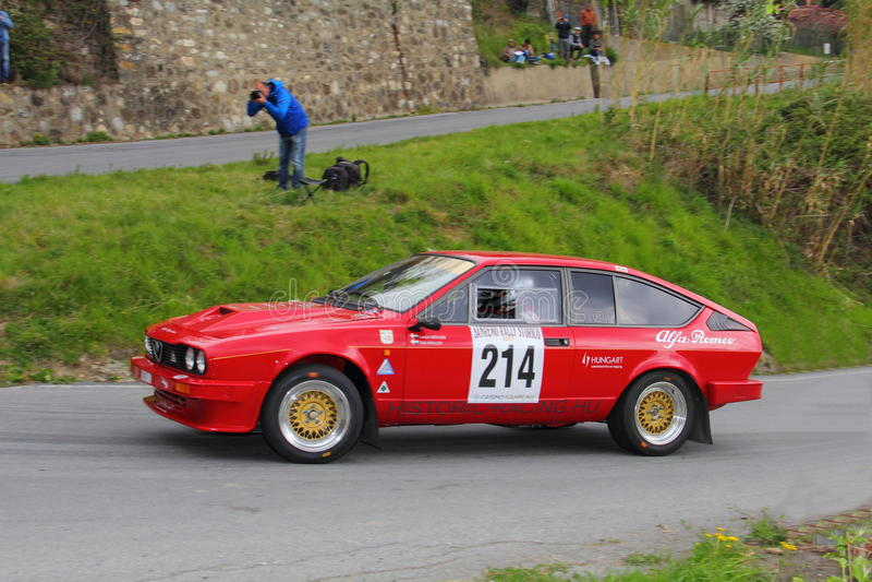 Raza de Alfa Romeo GTV6 durante la 64.a reunión de Sanremo imagenes de archivo