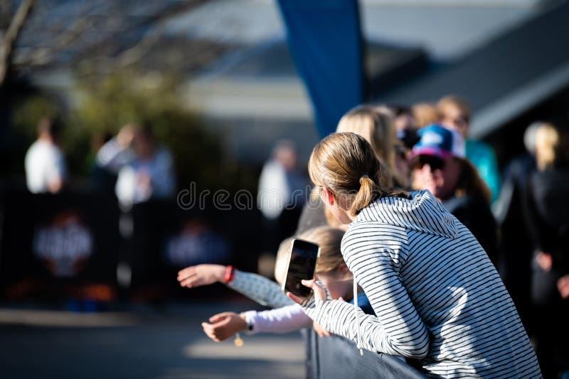 Raza de Australia UTA11 del Ultra-rastro Reloj y espera de la muchedumbre para los corredores alrededor a acabar en el estiramien imagenes de archivo