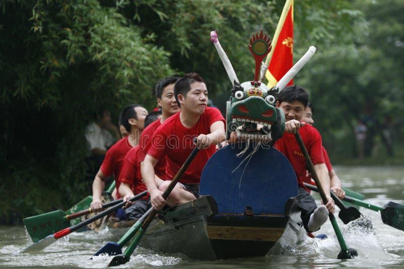 Raza de barco de dragón en China fotos de archivo