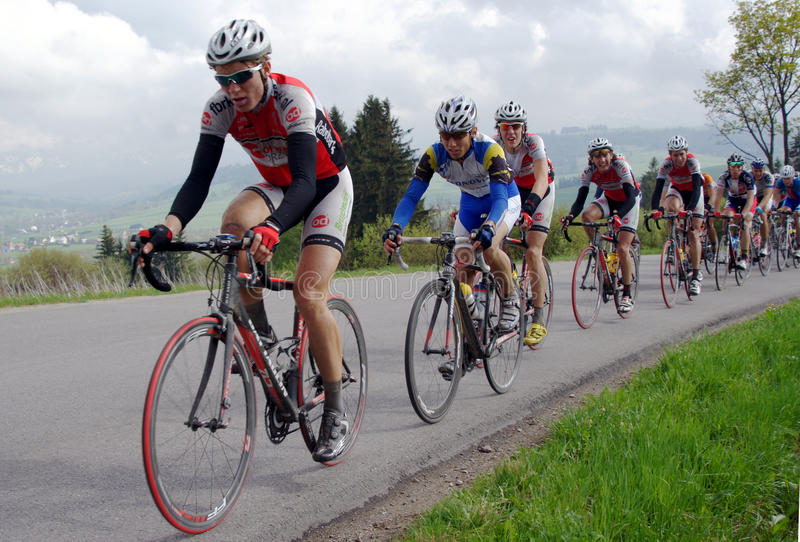 Raza de bicicleta del camino para los jinetes jovenes en montañas fotografía de archivo