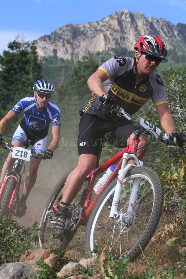 Raza de la bici de montaña fotografía de archivo libre de regalías