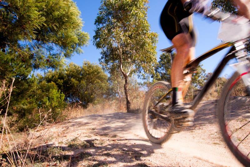 Raza de la bici de montaña fotos de archivo libres de regalías