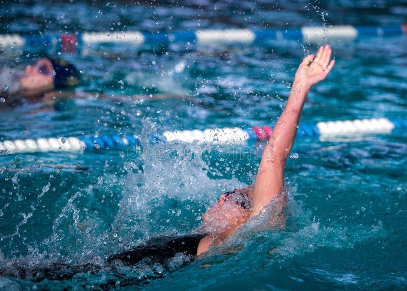 Raza de la espalda de la natación de la mujer fotografía de archivo libre de regalías