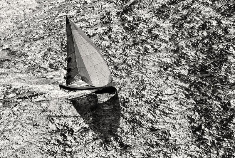 Raza de yate de la navegación yachting Yate de la navegación en el mar foto de archivo