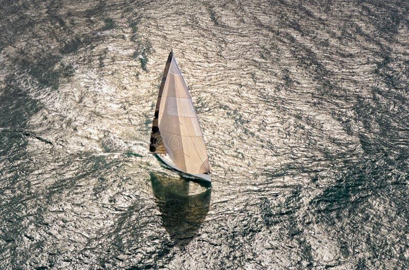 Raza de yate de la navegación yachting Yate de la navegación en el mar fotografía de archivo