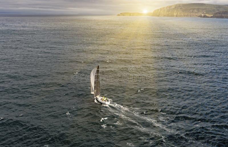 Raza de yate de la navegación yachting Yate de la navegación en el mar fotos de archivo libres de regalías